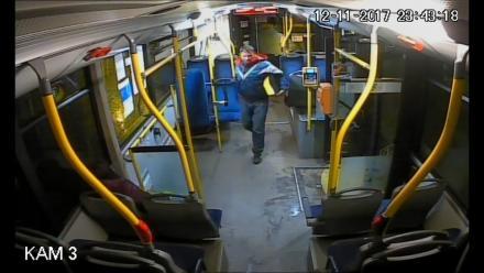 Sprawcę kradzieży kasownika ŚKUP zarejestrowała kamera. Rozpoznajesz go?