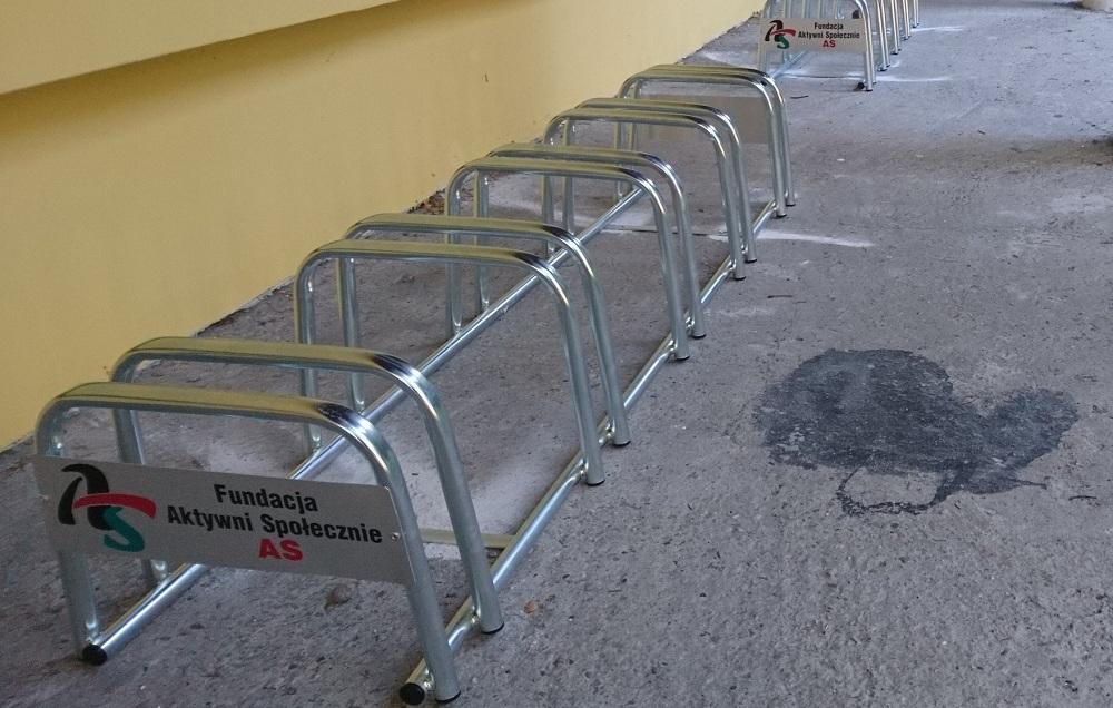 Stojaki rowerowe... także przed kościołem!