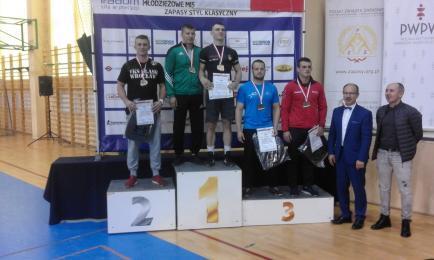 Zawodnik Pogoni z brązowym medalem Mistrzostw Polski