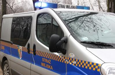 Strażnicy po służbie pomogli pijanemu 17- latkowi potrąconemu przez samochód