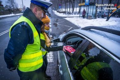 """Policjanci z wolontariuszami przeprowadzili akcję profilaktyczną """"Wciep na luz"""""""