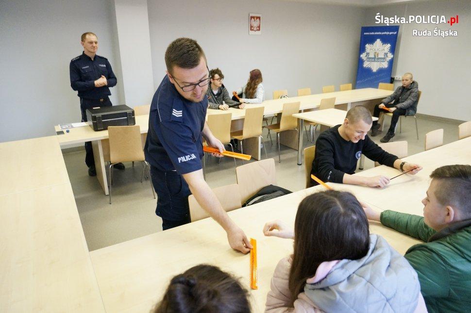 Ósmoklasiści z SP nr 40 w Rudzie Śląskiej odwiedzili komendę