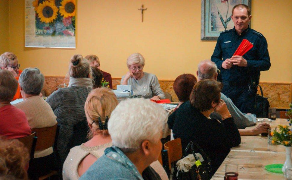 Rudzki policjant spotkał się z seniorami z Orzegowa by rozmawiać o bezpieczeństwie