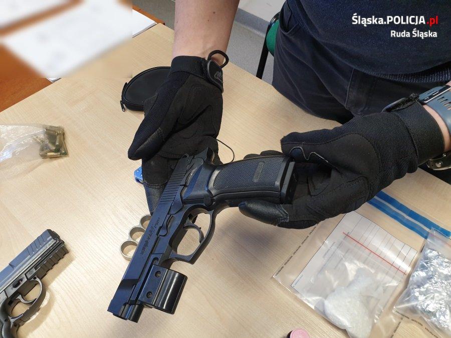 Zatrzymany do kontroli kierowca audi miał przy sobie narkotyki i dwa pistolety