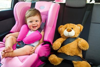 Jak prawidłowo i bezpiecznie przewozić dzieci w samochodzie? Wyjaśniamy!