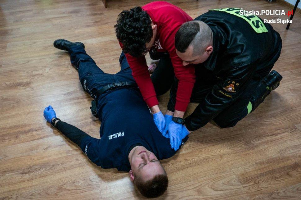 Strażacy szkolą rudzkich policjantów z udzielania pierwszej pomocy