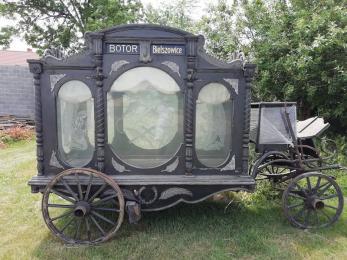 Karawan konny firmy Botor wystawiono na sprzedaż. Zdjęcie pojazdu robi furorę w sieci