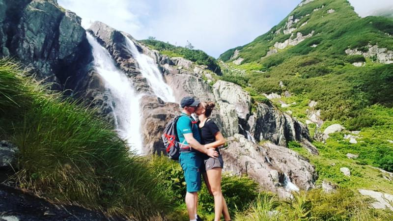 Dawid z narzeczoną Aleksandra w tle wodospad Siklawa