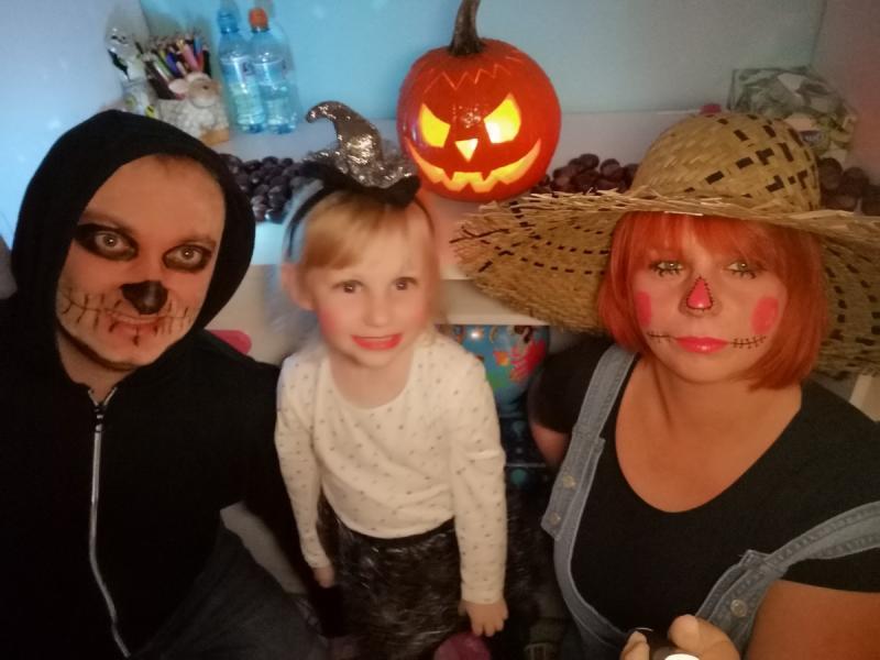 Mama, tata i córka. Impreza Halloween w naszym domu