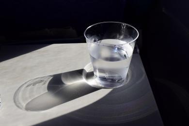 Poprosiła o szklankę wody dla syna... i ukradła portfel z mieszkania!