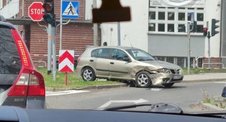 Kolizja na skrzyżowaniu 1 maja i Jankowskiego. Zderzyły się dwa samochody i motor