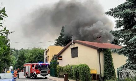 Pożar na terenie posesji w Halembie. Uszkodzone zostały 2 samochody