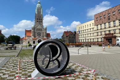 Ruda Śląska: Na rynku stanął kosz na nakrętki w kształcie logo miasta