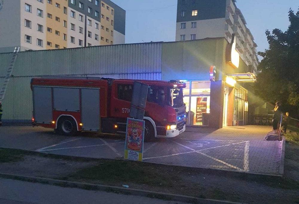 [FOTO] Wybuchł pożar na dachu sklepu Biedronka. Klienci i pracownicy ewakuowani