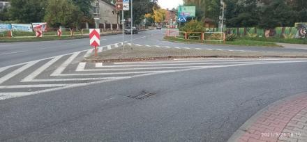 Pułapki na kierowców i rowerzystów. To właśnie studzienki kanalizacyjne w Kochłowicach