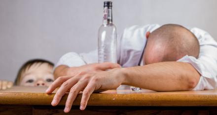 Interwencja MOPS-u na Bytomskiej! Roczny syn odebrany pijanym rodzicom
